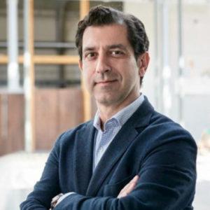Pablo Negre, profesor del Executive MBA en Valencia con los brazos cruzados