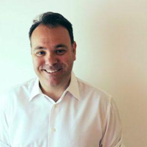 Raúl Romeu, profesor del Executive MBA sonriendo con una camisa blanca