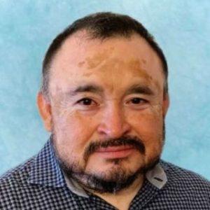 Un hombre, profesor del Máster en Industria 4.0, con bigote y barba