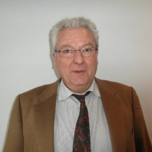 Un profesor del máster en Dirección de Operaciones, con camisa y corbata