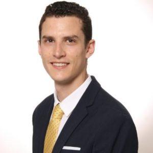 Un chico, profesor del máster en Dirección de Operaciones con corbata amarilla