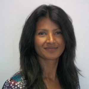 Una mujer morena, profesora del máster en Dirección de Operaciones sonriente