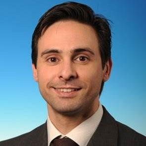 Un profesor del Máster en Dirección de Operaciones con corbata sonriendo