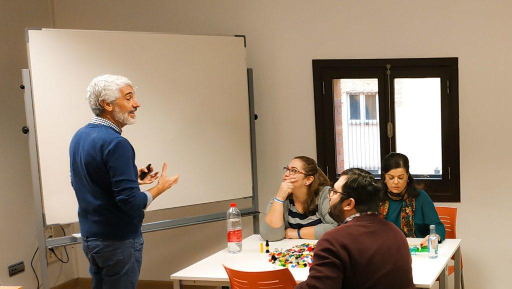 Un hombre dando clase a un grupo de alumnos en el Executive MBA