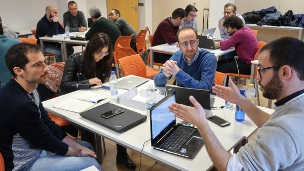Varios grupos de alumnos del Executive MBA debaten