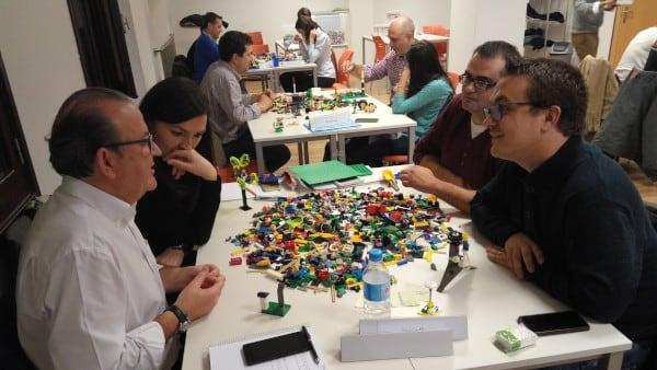 Varios grupos de alumnos del executive MBA realizan una actividad con piezas de Lego