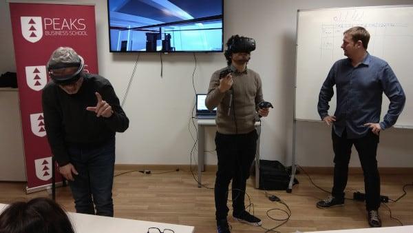 Dos alumnos del máster de Industria 4.0 prueban unas gafas de realizad virtual junto a su profesor