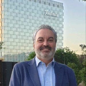 José Manuel Grau, socio de PEAKS y exalumno del Executive MBA junto a un edificio de Telefónica