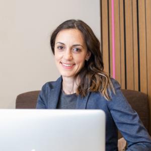 Una mujer, profesora del máster en Dirección de Operaciones, con un ordenador portátil delante