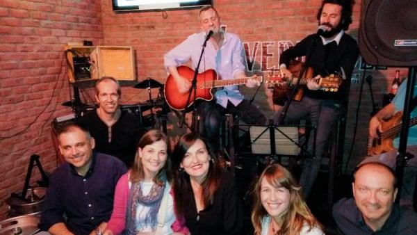 Un grupo de alumnos del Executive MBA de PEAKS Business cantando y tocando la guitarra