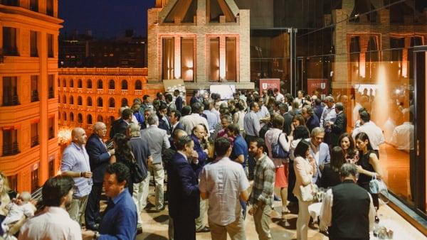 Un grupo de personas en una terraza de noche