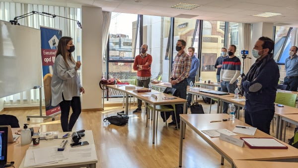 Los alumnos del Executive MBA de PEAKS Business escuchan de pie a la profesora