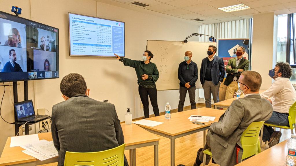 Un grupo de alumnos del Executive MBA exponen un proyecto ante un tribunal