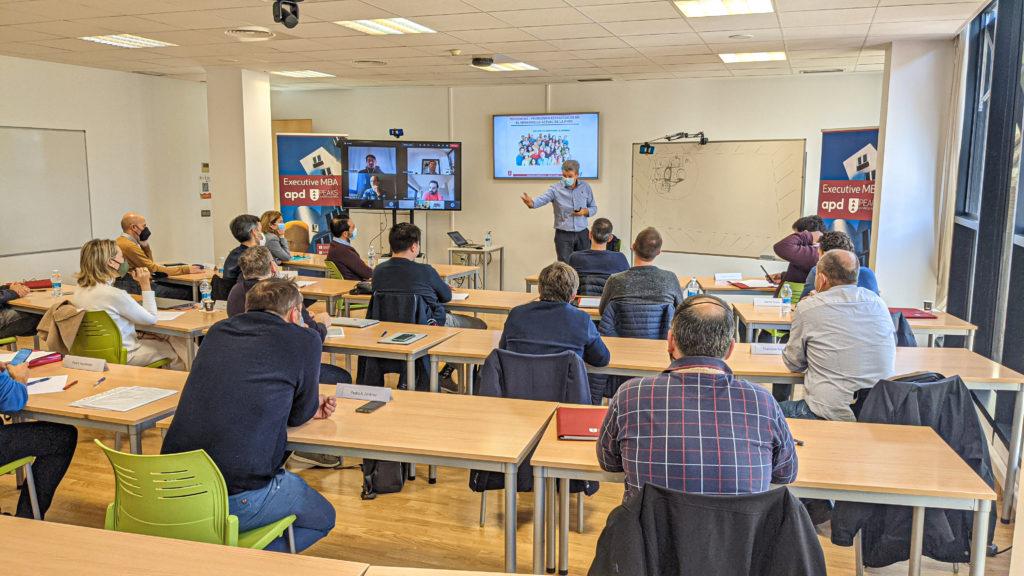 Un grupo de alumnos en una clase del Executive MBA escuchando a un profesor explicando algo