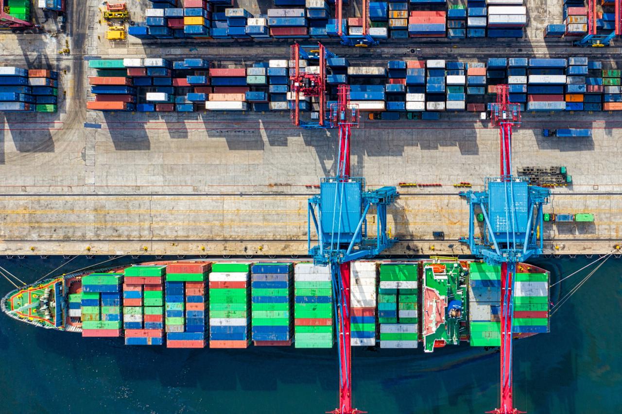 Barco descargando contenedores en el puerto con grúas