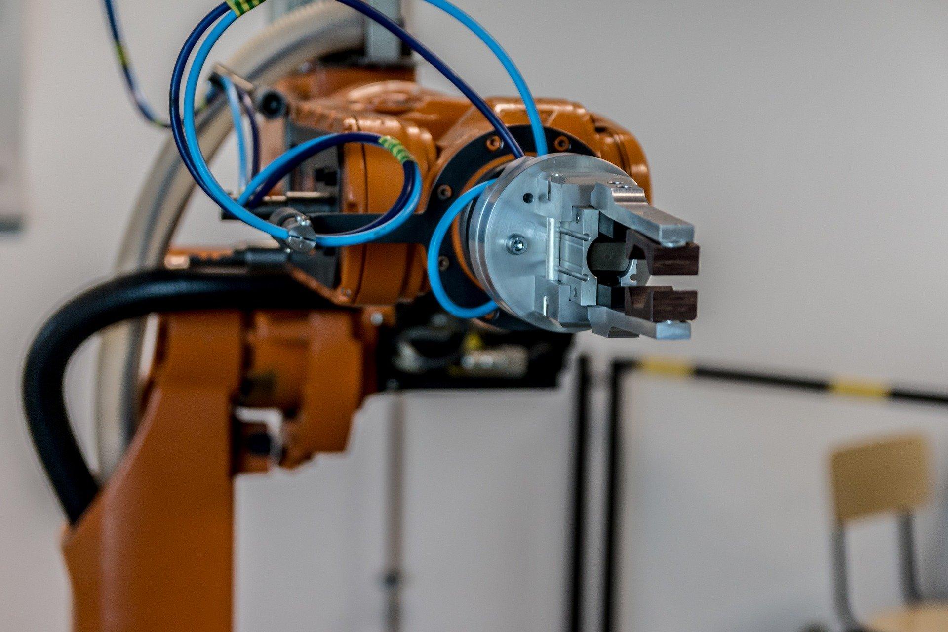 Brazo robótico naranja