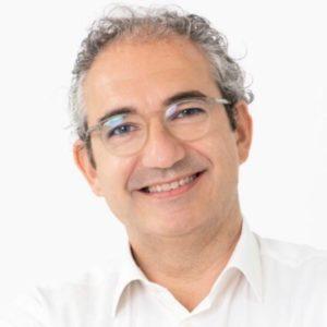 David Gandía, profesor del Executive MBA con gafas y una camisa blanca