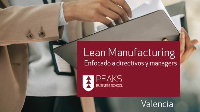 Persona sosteniendo una carpeta y título del taller Lean Manufacturing de PEAKS Business School
